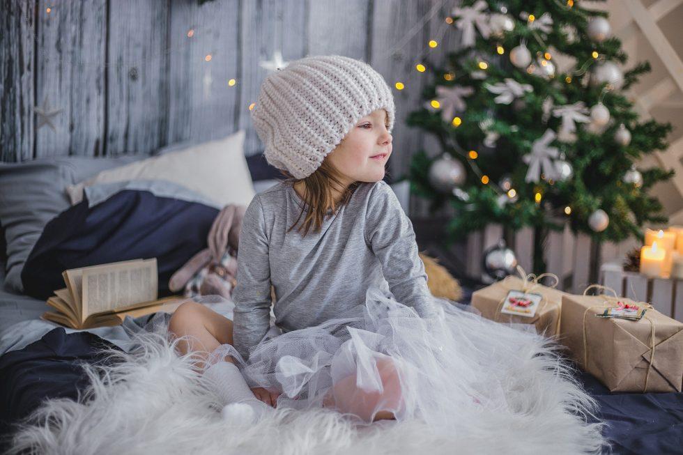クリスマスツリーと少女