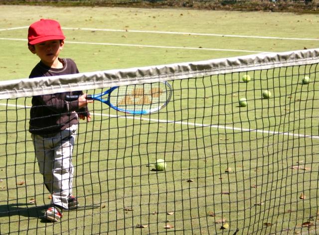 テニスをする子ども