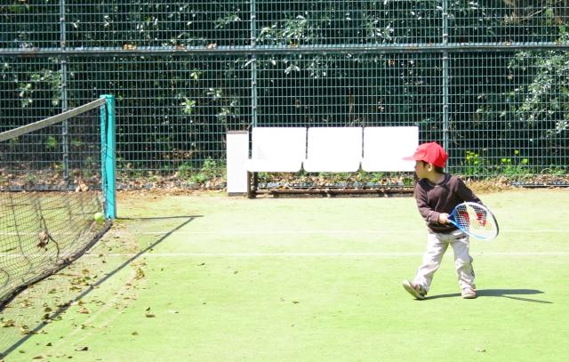 テニスをする子供の写真