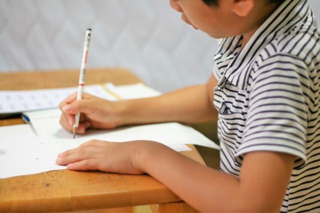 勉強する子どもの写真