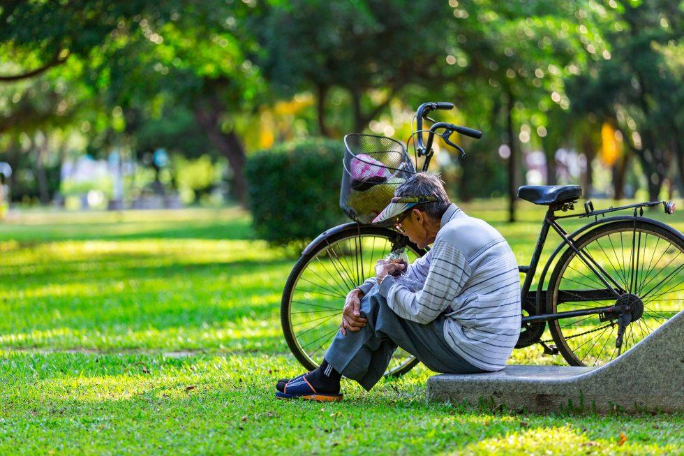 公園で座る老人