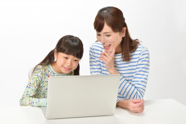母子でパソコンをしている画像