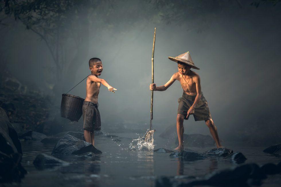 魚を捕る子ども