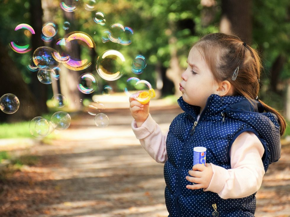 シャボン玉で遊ぶ子ども