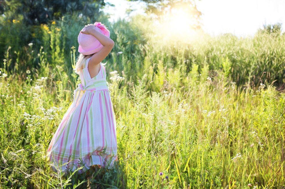 帽子を押さえる少女