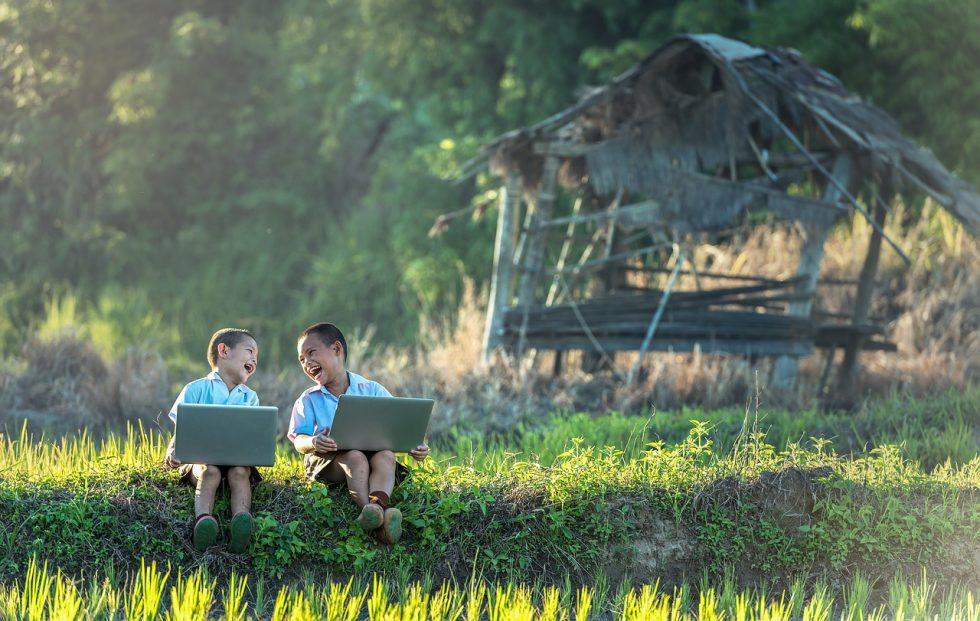 野原で絵を描く子どもたち