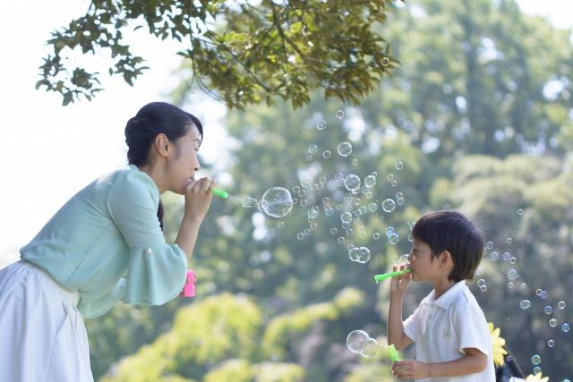 親子でシャボン玉で遊ぶ画像