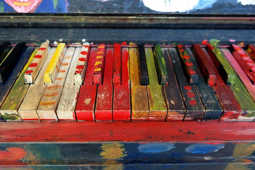 色のついたピアノ
