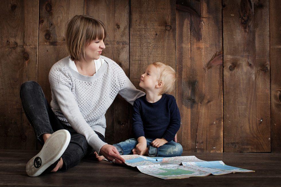 母と子どもの画像です。