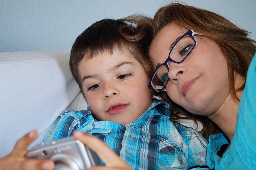 母親と子どもがデジカメを眺めている写真