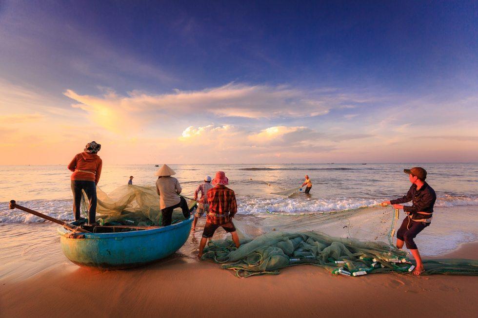海辺で働く漁師さん